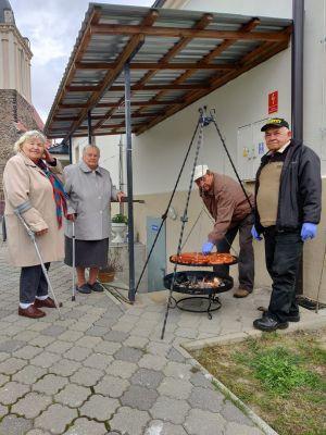 Miniatura zdjęcia: Seniorzy grillują kiełbasy