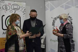 Miniatura zdjęcia: przewodnicząca rady wręcza dyplom Tomaszowi Cygańskiemu