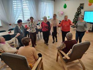 Miniatura zdjęcia: Zabawy Seniorów na uroczystości z okazji Dnia Babci i Dziadka