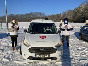 Miniatura zdjęcia: samochód i dwoje wolontariuszy