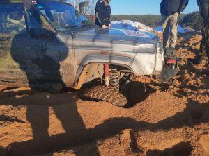 Miniatura zdjęcia: auto zakopane w błocie