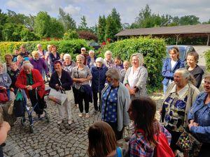 Miniatura zdjęcia: Grupa seniorów wśród zieleni