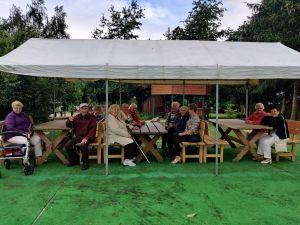 Miniatura zdjęcia: biesiada seniorów pod namiotem