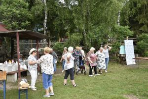 Miniatura zdjęcia: seniorzy spacerują po trawie