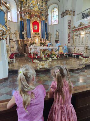 Miniatura zdjęcia: dwie dziewczynki w kościele