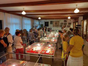 Miniatura zdjęcia: seniorzy w muzeum