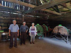 Miniatura zdjęcia: trzech panów w stodole ogląda stare maszyny